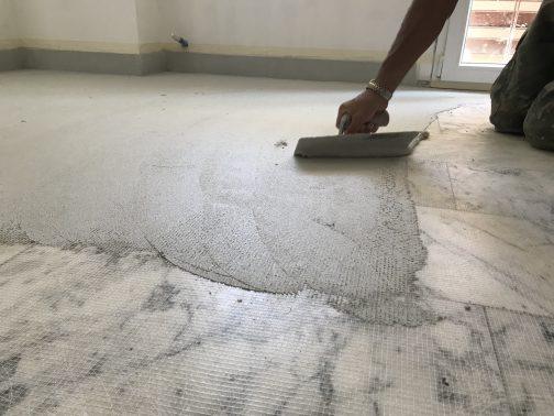 fase di applicazione resina su marmo